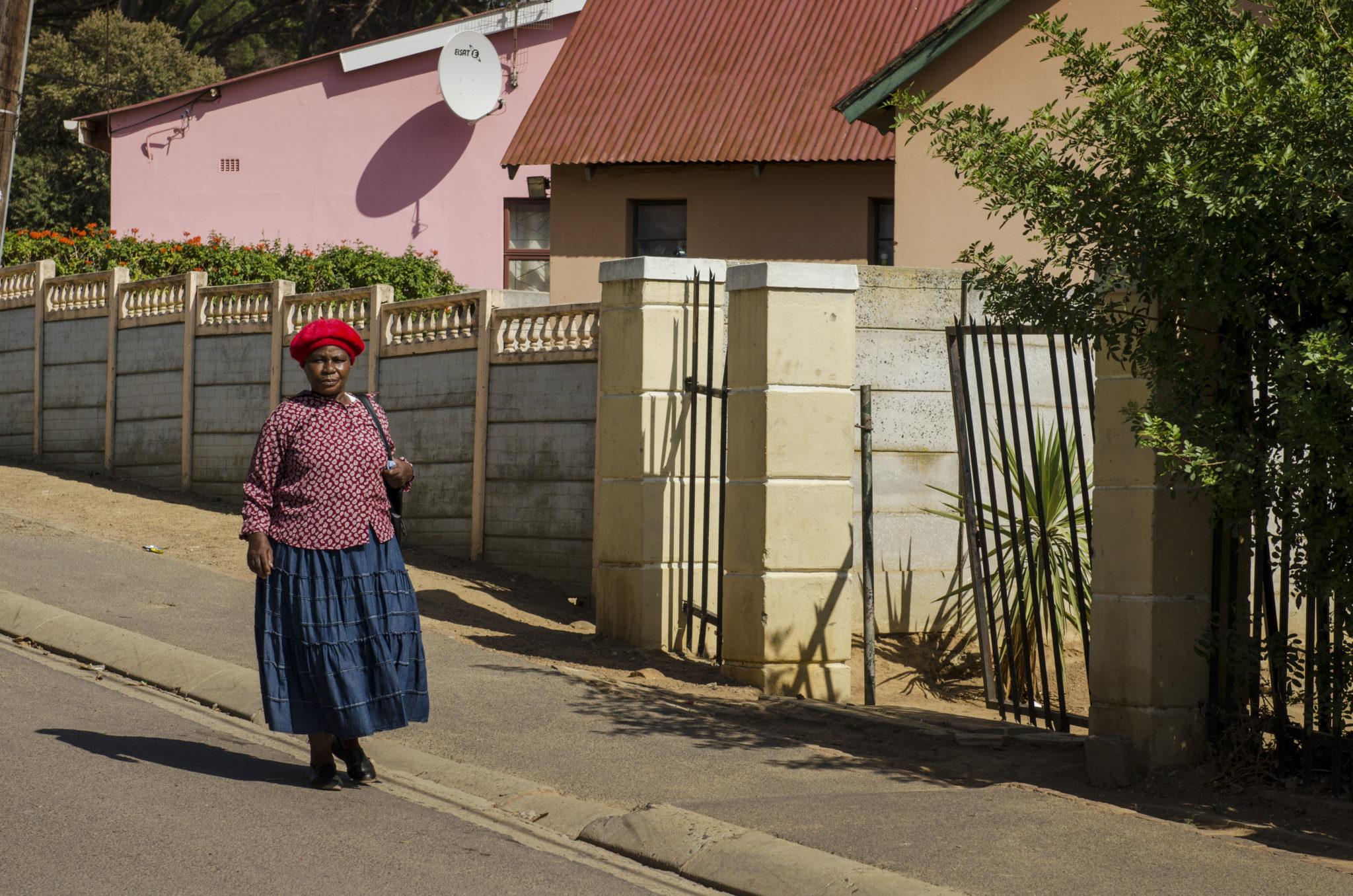 kayamandi-township-stellenbosch-southafrica-lady