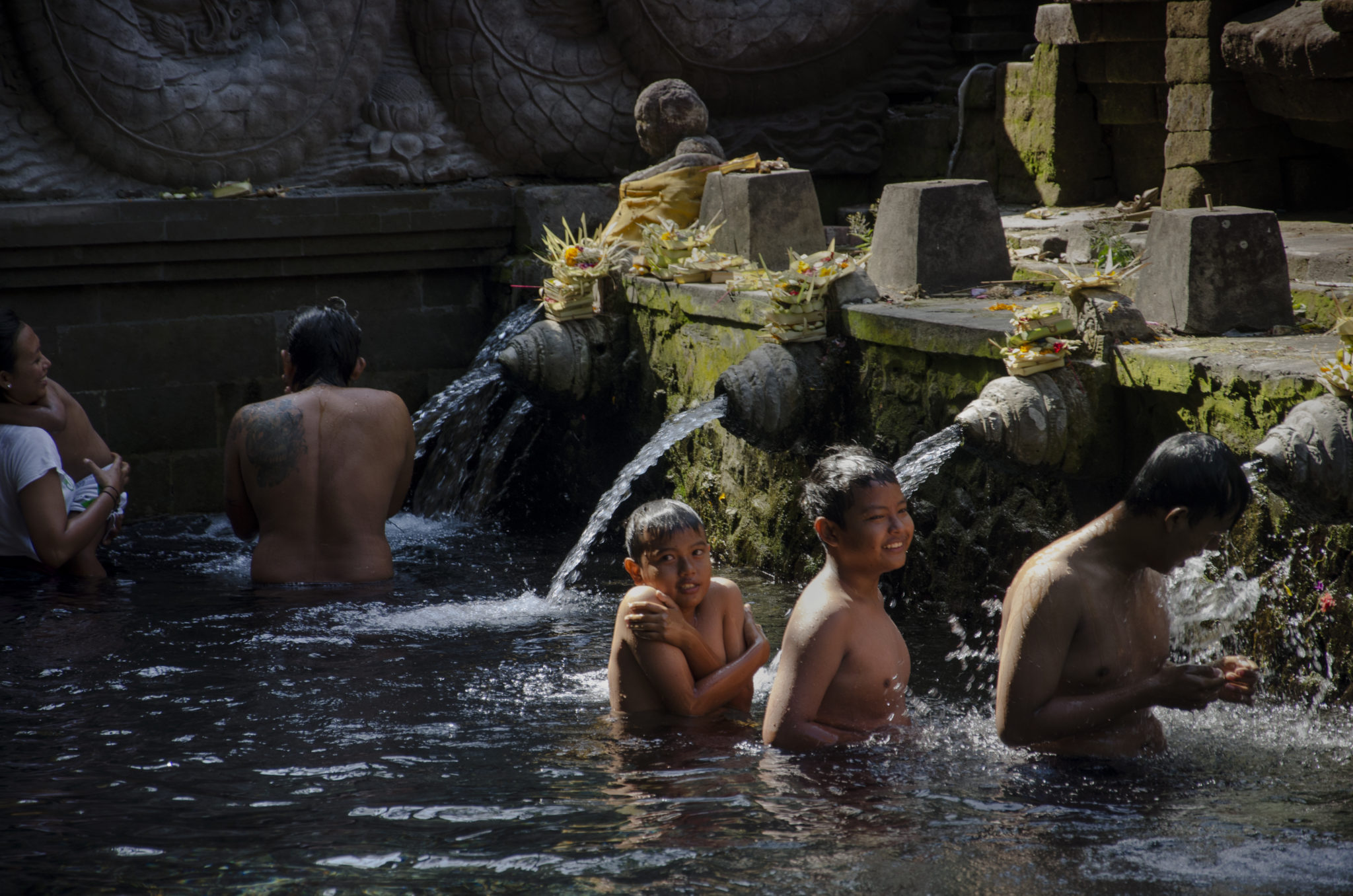 Indonesia-travel-guide-Holy-washing