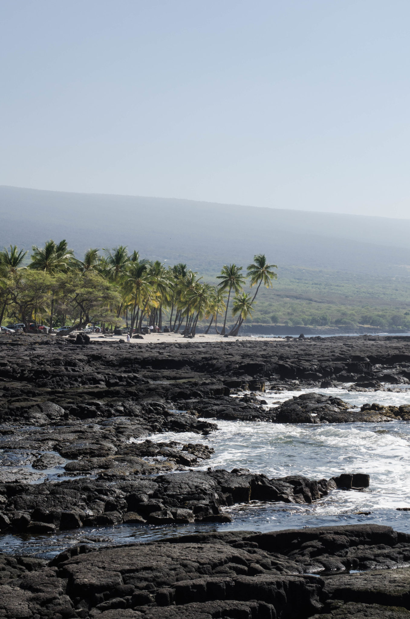 Hawaii Guide: Bathing in between volcanic sand and a stunning landscape? Well, one thing to do in Hawaii for sure.