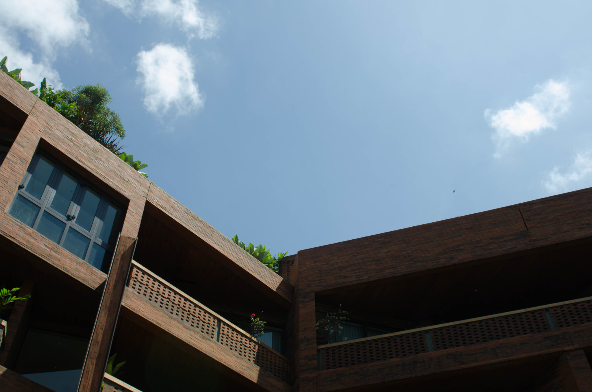 Katamama Hotel Bali: The blue of the sky fits perfectly to the red bricks.